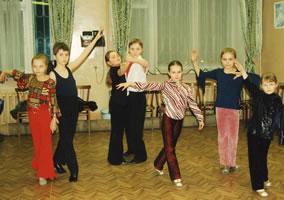 Учащиеся группы бального танца разучивают новые движения.
