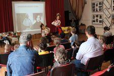Солистки ансамбля «Щедрик» на празднике, посвященном 210-летию Н.В. Гоголя в Центре семьи и детства «Красносельский» в Москве