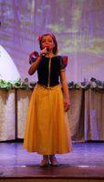 Ведущая концерта - Ульяна Соколова (Белоснежка)